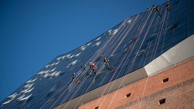 Elphi-Fensterputzer: Abseilen aus schwindelerregender Höhe