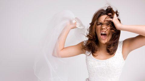 Braut wirft ihren Schleier