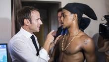 FrankreichsPräsidentEmmanuel Macron spricht mit einem jungenBewohner von Saint-Martin in der Karibik