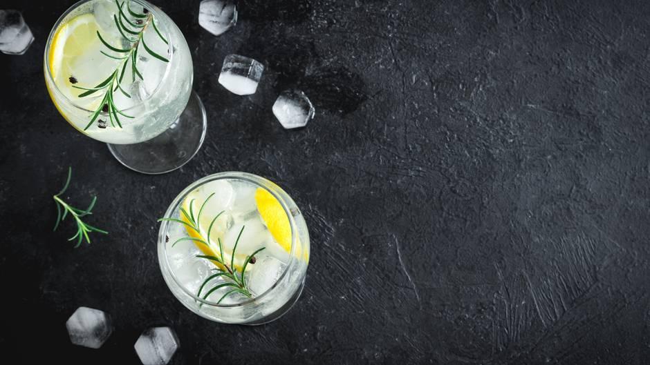 Gin Tonic steht auch 2019 hoch im Kurs an deutschen Tresen. Der eine oder andere Drink dürfte aber ohne Umdrehungen auskommen.