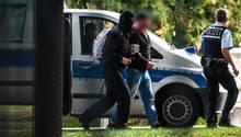 Rechtsextremisten sollen eine Attacke am Tag der deutschen Einheit geplant haben - sie wurden verhaftet und zum Bundesgerichtshof gebracht