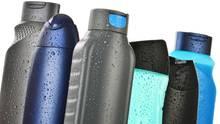 Blaue und schwarze Shampoo-Flaschen