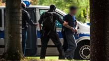 """Mutmaßliche Mitglieder der als rechtsterroristische eingestuften Gruppierung """"Chemnitz Revolution"""" erreichen - bewacht von Polizisten - den Bundesgerichtshof in Karlsruhe."""