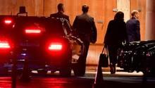 Bundesfinantminister Olaf Scholz (SPD) und SPD-Chefin Andrea Nahles erreichen am Abend zum Diesel-Gipfel das Kanzleramt.