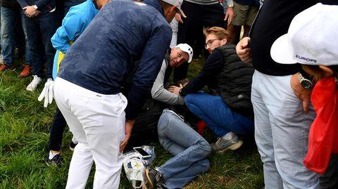 Ein Golfball des US-Profis Brooks Koepka (im Vordergrund links) hat eine Zuschauerin schwer verletzt