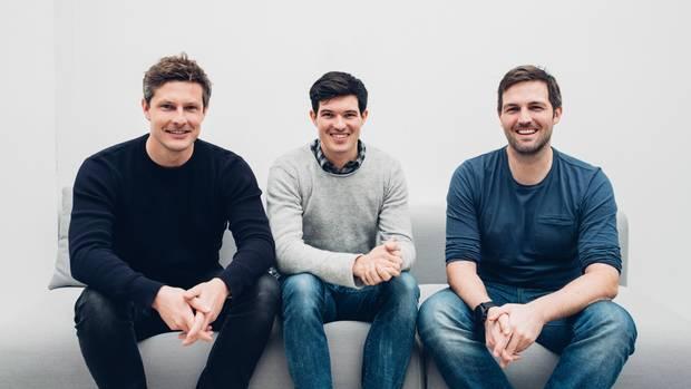 Die Ergobag-Gründer Sven-Oliver Pink, Florian Michajlezko und Oliver Steinki sitzen auf einer Couch