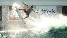 """Ein Surfer im """"BSR Cable Park's Surf Resort"""" in Texas"""