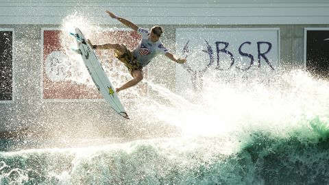 "Ein Surfer im ""BSR Cable Park's Surf Resort"" in Texas"