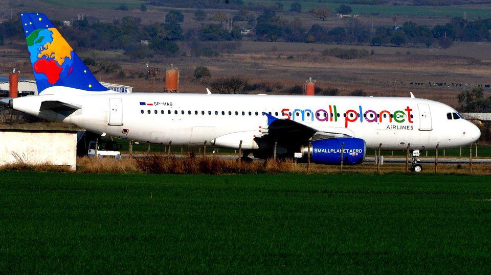 FlogfürVeranstalter auch deutsche Urlauber in Feriengebiete rund ums Mittelmeer: ein Airbus A320von Small Planet