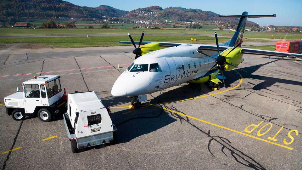Am Boden auf demFlughafen Bern-Belp: ein Flugzeug der Fluggesellschaft SkyWork Airlines