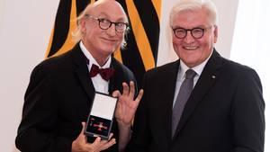 Otto Waalkes: Komiker wird mit Bundesverdientkreuz geehrt - und lässt Orden zweimal fallen