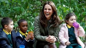 Hatte bei ihrem ersten offiziellen Auftritt nach der Elternpause sichtlich Spaß: die Duchess of Cambridge
