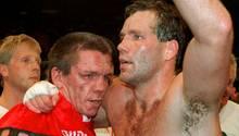 1995 kämpften beide gegeneinander: Weltmeister Henry Maske (r.) legt nach seinem Sieg den Arm um Graciano Rocchigiani