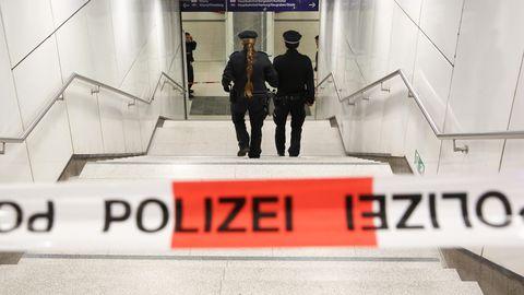 Polizisten sichertenden Zugang zur S-Bahnhaltestelle Jungfernstieg, an der sich die schreckliche Tat ereignete