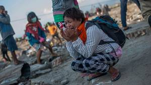Eine Frau trauert nach dem Tsunami und dem Erdbeben in Indonesien
