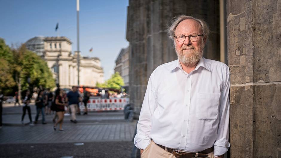 Wolfgang Thierse im August 2018 vor dem Brandenburger Tor in Berlin