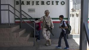 Ein Schüler an der Grenze zwischen Mexiko und den USA