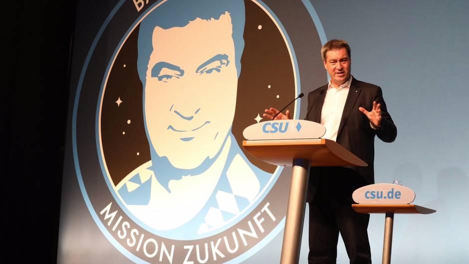 Der bayerische Ministerpräsident Markus Söder spricht auf einer Bühne