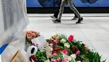 Der Tatort in Hamburg am 12. April: Blumen liegen nach dem tödlichen Messerangriff auf dem S-Bahnsteig Jungfernstieg, wo ein einjähriges Mädchen und seine Mutter getötet wurden.