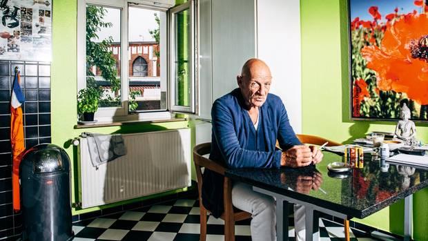 Joe Bausch in seiner Küche mit Blick aufs Gefängnis