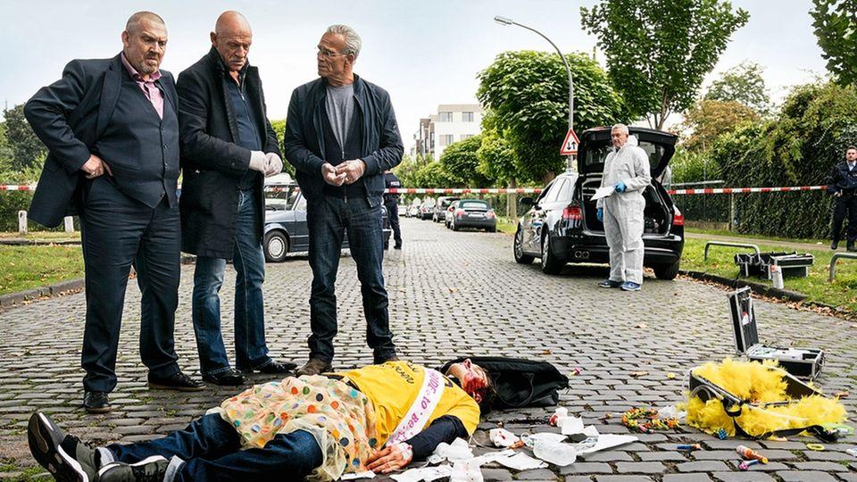 """Joe Bauschzwischen Dietmar Bär und Klaus J. Behrendt beim """"Tatort""""-Dreh"""