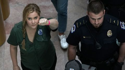 Comedian Amy Schumer reckt die Faust in die Höhe, nachdem sie in Washington festgenommen wurde