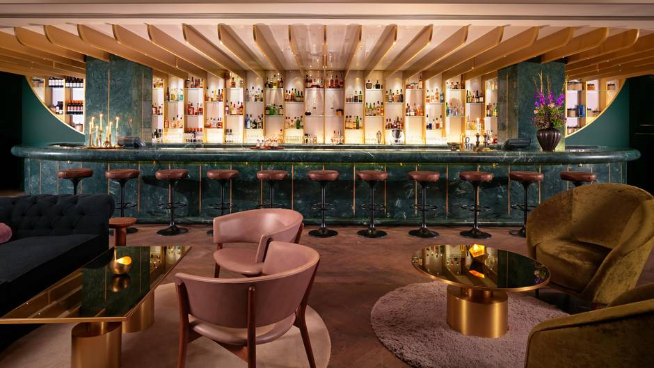 Platz 1: Dandelyan, London  Die Bar im Mondrian Hotel in London gehört schon seit Jahren zur Weltspitze. Im vergangenen Jahr landete sie auf dem zweiten Platz, nun reichte es für die Goldmedaille. Die Drinks sind spitzenmäßig, ebenso der Service. Wenn Sie hier vorbeischauen wollen, müssen Sie sich jedoch beeilen: Der Spitzen-Bartender Ryan Chetiyawardan hat vor kurzem verkündet, dass das Dandelyan im kommenden Jahr geschlossen wird.  Mehr Infos finden Sie auf der Website.