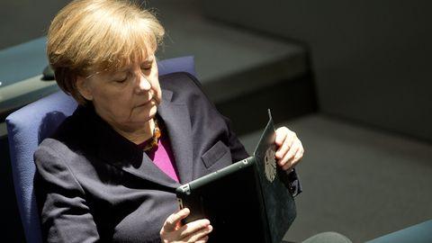 Merkel liest auf einem Tablet
