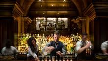 """Platz 4: The Nomad, New York  Die Hotel-Bar """"The Nomad"""" im Herzen New Yorks konnte sich zum dritten Mal in Folge in den Top 10 behaupten. Sie unterscheide sich mit ihrem kreativen Umgang mit Klassikern von anderen Hotel-Bars, lobt die Jury.  Mehr Infos finden Sie auf der Website."""