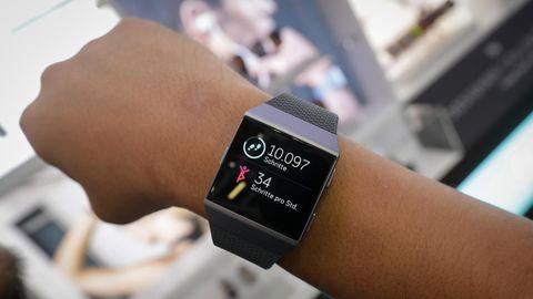 Solche Armbänder speichern die Bewegungs- und Fitnessdaten ihrerNutzer - das kann auch für die Polizei hilfreich sein