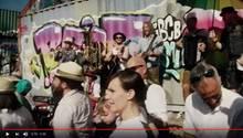 """Im Video zu """"Mia Ned!"""" wird in München getanzt und gesungen."""