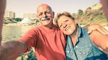 Opa und Oma lächeln in dieKamera
