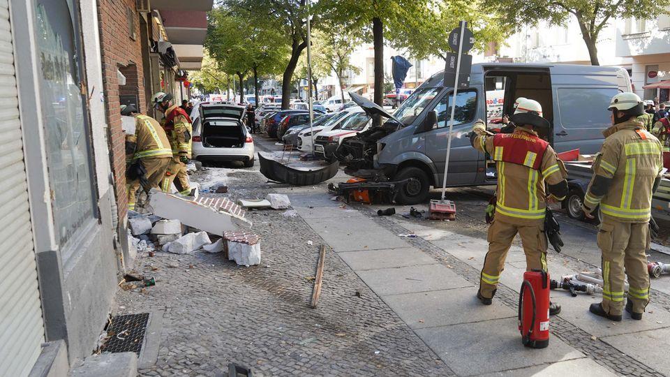 Nachrichten aus Deutschland: Auto rast in Berlin in Menschengruppe