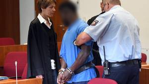Ein Gericht sprach den Mann (blaues Hemd) schuldig, eine Camperin vergewaltigt zu haben