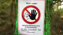 RWE hat im Hambacher Forst Schilder angebracht, die vor einem Betreten des Geländes warnen