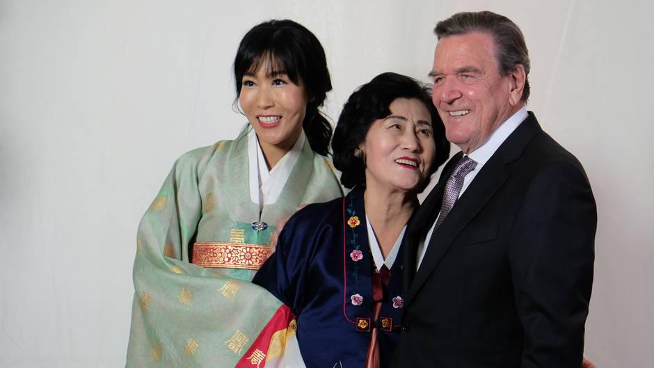 """Gerhard Schröder posiert gemeinsam mit seiner FrauSoyeon Kim und deren Mutter im Berliner Hotel """"Adlon"""". Nach der standesamtlichen Trauung im Mai in Kims Heimat Korea, fand nun die offizielle Hochzeitsfeier inDeutschland statt. Für Gerhard Schröder ist es die fünfte, für Soyeon Kim die zweite Ehe."""