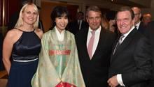 Gerhard Schröder undSoyeon Kim begrüßten all ihre Gäste persönlich, hier den früheren SPD-Vorsitzenden Sigmar Gabriel und seine Frau Anke
