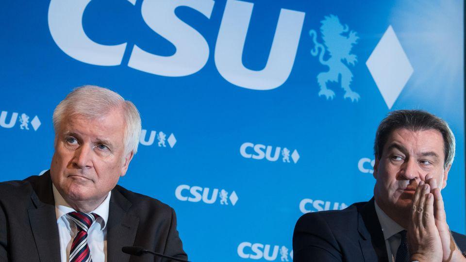 CSU-Politiker Horst Seehofer (l.) und Markus Söder schieben sich gegenseitig den Schwarzen Peter zu