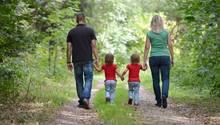 Eine Familie aus Vater, Mutter und zwei kleinen Kindern (Symbolbild)