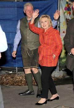 Ja, Sie sehen richtig: Der Mann in Tracht ist der frühereUS-Präsident Bill Clinton. Der 72-Jährige kam gemeinsam mit seiner Frau Hillary zur Wiesn.Ein Dirndl mochte die 70-Jährige aber offenbar nicht tragen.