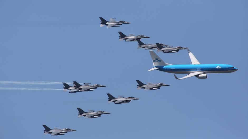 Klm Mann Dreht Im Flugzeug Durch Kampfjets Begleiten Flieger