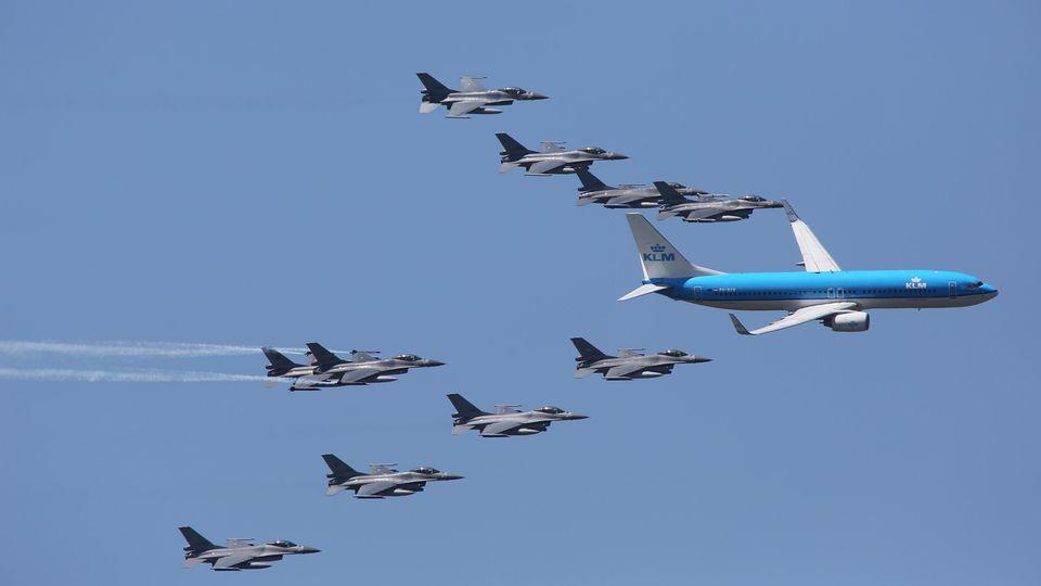 Kampfjets begleiten anlässlich des100. Geburtstag der Niederlaendischen Luftwaffe einen Flieger von KLM