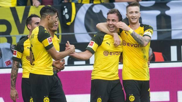 Mario Götze vom BVB bejubelt mi Mannschaftskameraden seinen Treffer