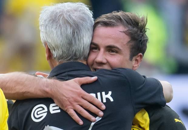Stürmer Mario Götze (r.) und Trainer Lucien Favre konnten gemeinsam jubeln