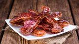 Bacon  Speck ist sehr fettig. Essen Sie am Abend zu viel davon, muss das Verdauungssystem hart arbeiten. Deshalb: Lieber zum Frühstück reichen.