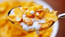 Cornflakes  Klingt nach einem guten Snack für den Abend. Cornflakes sind aber meist voll von Zucker, der Ihnen zwar kurzfristig Energie liefert und den Blutzuckerspiegel ankurbelt, aber nichts für die Schlafenszeit ist.