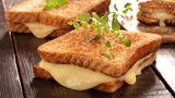 Käse  Das biogene Tyramin ist vor allem in Wurstwaren, aber auch in Käse enthalten. Es kann unter Umständen nicht nur die Ursache für Nahrungsmittelallergien und Migräne sein, sondern auch vom Schlaf abhalten.