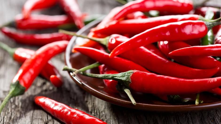 Schärfe  Scharfes Essen wie Currys oder andere Gerichte regen die Herzfrequenz an. Keine gute Idee also vor dem Schlafengehen. Zudem könnte die Schärfe den Magen reizen und für schlaflose Stunden sorgen.