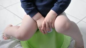 Die Freude ist groß, wenn das Kind aufs Töpfchen gehen kann – nur, ob das auch während eines Fluges sein muss? (Symbolbild)