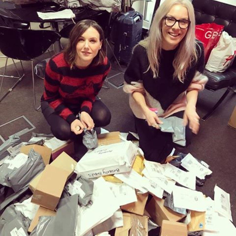 Sali Hughes und Jo Jones packen Spendenpakete aus